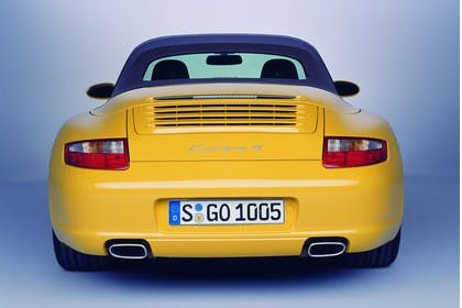 Porsche 911 Carrera 4 Cabriolet 997.1 Aussenansicht Heck statisch Studio gelb