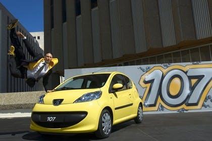 Peugeot 107 P Dreitürer Aussenansicht Front schräg statisch gelb