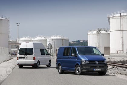 VW T6 Transporter Kastenwagen Aussenansicht Heck Front schräg statisch weiss blau