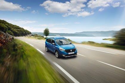 Dacia Lodgy Stepway SD Aussenansicht Front schräg dynamisch blau