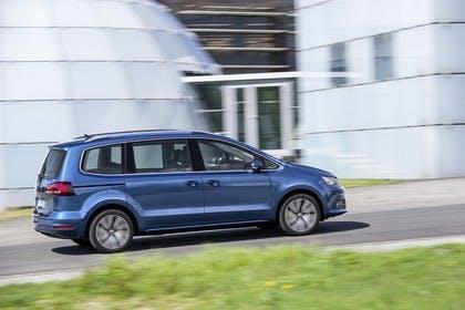 VW Sharan Aussenansicht Seite schräg dynamisch blau