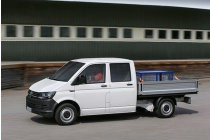 VW T6 Transporter Pritschenwagen Doppelkabine Aussenansicht Seite schräg dynamisch weiss