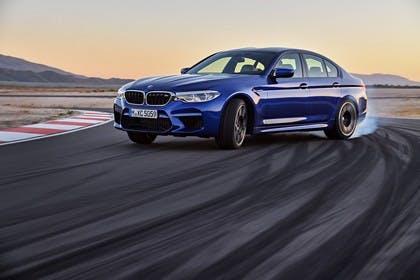 BMW M5 F90 Aussenansícht Front schräg Drift dynamisch blau