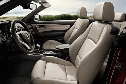 BMW 1er Cabriolet E88 LCI Innenansicht statisch Vordersitze und Armaturenbrett fahrerseitig
