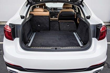 BMW X6 F16 Aussenansicht Heck Kofferraum geöffnet Rückbank 2/3 umgeklappt statisch weiss