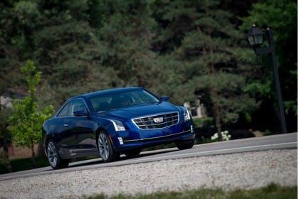 Cadillac ATS Coupé Aussenansicht Front schräg dynamisch blau