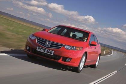 Honda Accord Limousine 8 Aussenansicht Front schräg dynamisch rot