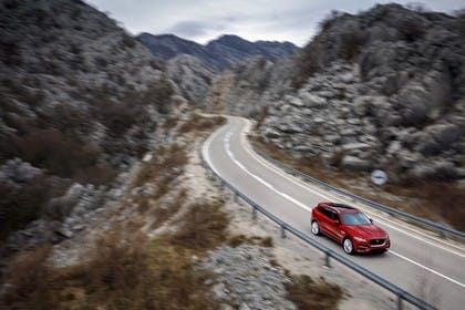 Jaguar F-Pace X761 Aussenansicht Front schräg erhöht dynamisch rot