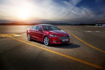 Ford Mondeo Limousine Mk5 Front schräg dynamisch rot