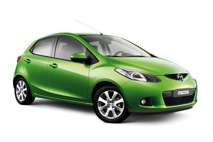 Mazda 2 DE Aussenansicht Studio Front schräg statisch grün