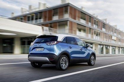 Opel Crossland X C Aussenansicht Heck schräg dynamisch blau