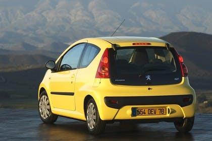 Peugeot 107 P Dreitürer Aussenansicht Heck schräg statisch gelb