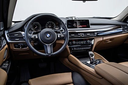 BMW X6 F16 Innenansicht Fahrerposition Studio statisch hellbraun