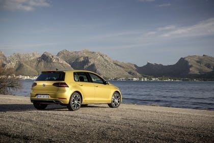 VW Golf 7 Facelift Aussenansicht Heck schräg statisch gold