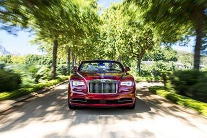 Rolls-Royce Dawn Aussenansicht Front dynamisch rot