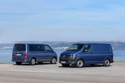VW T6 Transporter Kastenwagen und Kombi Aussenansicht Front Heck schräg statisch blau
