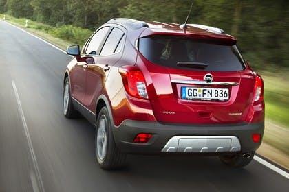 Opel Mokka J-A Aussenansicht Heck schräg dynamisch rot