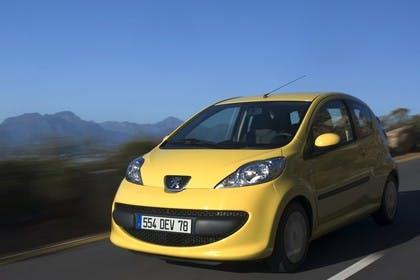 Peugeot 107 P Dreitürer Aussenansicht Front schräg dynamisch gelb