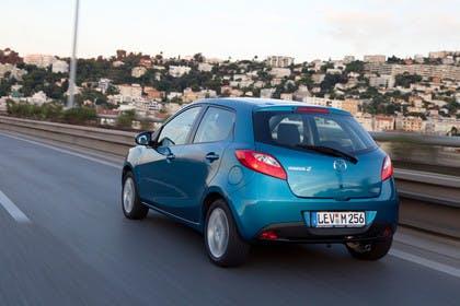 Mazda 2 DE Aussenansicht Heck schräg statisch blau