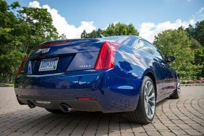Cadillac ATS Coupé Aussenansicht Heck schräg statisch blau