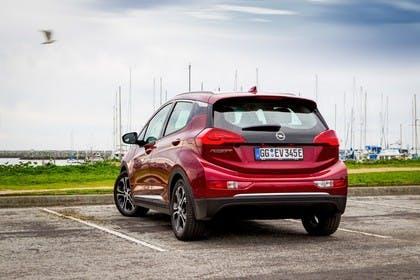 Opel Ampera-e Aussenansicht Heck statisch rot