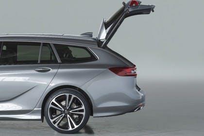 Opel Insignia B Sports Tourer Aussenansicht Seite Kofferraum geöffnet Studio statisch silber