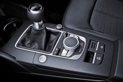 Audi A3 Sportback 8VA Innenansicht Mittelkonsole 6Gang MMI