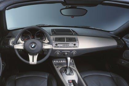 BMW Z4 Roadster E85 Innenansicht statisch Studio Vordersitze und Armaturenbrett fahrerseitig