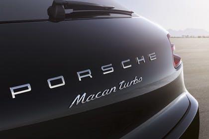 Porsche Macan Turbo 95B Aussenansicht Heck schräg statisch Detail Schriftzug
