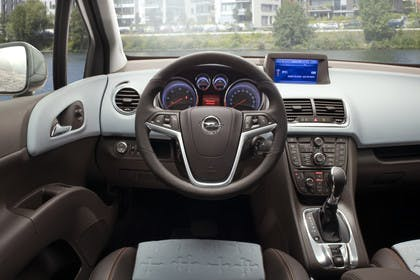 Opel Meriva B Innenansicht Fahrerposition statisch grau
