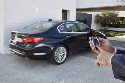 BMW 5er G30 Aussenansicht Parkassistent Heck schräg dynamisch grau