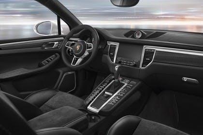 Porsche Macan Turbo 95B Innenansicht statisch Studio Vordersitze und Armaturenbrett beifahrerseitig