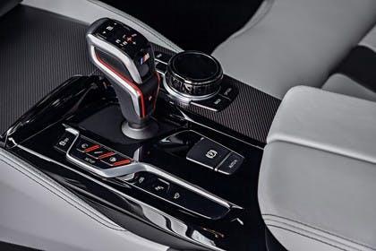 BMW M5 F90 Innenansicht Detail Mittelkonsole statisch weiss