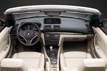 BMW 1er Cabriolet E88 LCI Innenansicht statisch Studio Vordersitze und Armaturenbrett