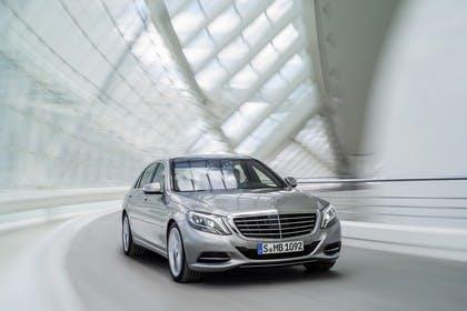 Mercedes-Benz S 400 Hybrid W222 Aussenansicht Front schräg dynamisch grau