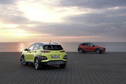 Hyundai Kona OS Aussenansicht Heck Seite schräg statisch grün rot