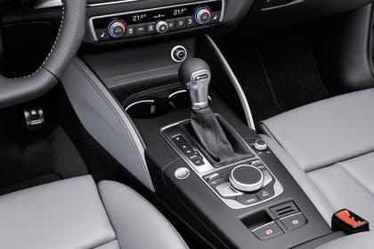 Audi A3 8V Limousine Innenansicht Detail Mittelkonsole statisch hellgrau