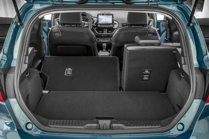 Ford Fiesta JHH Dreitürer Innenansicht statisch Kofferraum Rücksitze 2/3 umgeklappt