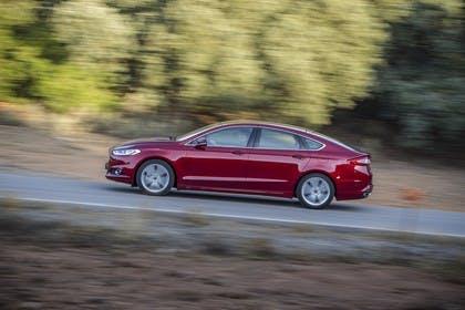 Ford Mondeo Limousine Mk5 Seite dynamisch rot