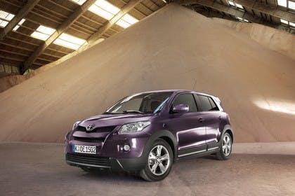Toyota Urban Cruiser XP11 Aussenansicht Front schräg statisch violett