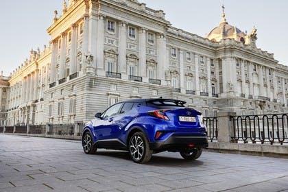 Toyota C-HR Aussenansicht Heck schräg statisch blau