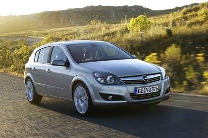 Opel Astra H 5Türer Aussenansicht Front schräg dynamisch silber