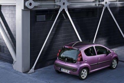 Peugeot 107 P Facelift Fünftürer Aussenansicht Heck schräg erhöht statisch violett
