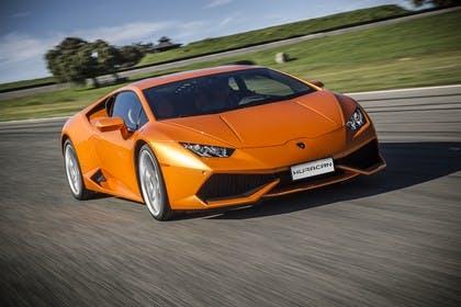 Lamborghini Huracán Aussenansicht Front schräg dynamisch orange