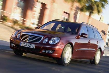 Mercedes Benz E-Klasse T-Modell (S211) Aussenansicht Frontschräg dynamisch rot