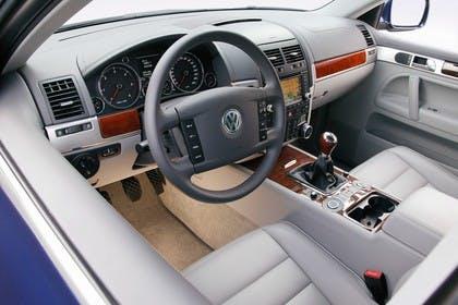 VW Touareg 7L Facelift Innenansicht statisch Studio Vordersitze und Armaturenbrett fahrerseitig