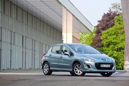 Peugeot 308 Fünftürer Facelift Aussenansicht Front schräg statisch silber