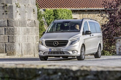 Mercedes-Benz Vito Tourer W447 Aussenansicht Front schräg statisch silber