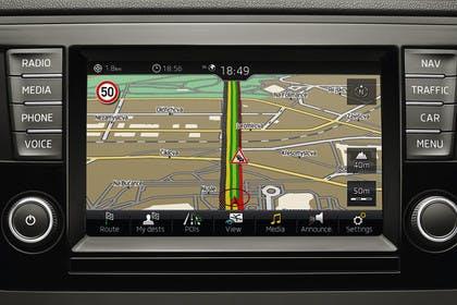 Skoda Rapid Limousine NH Innenansicht Infotainmentbildschrim Navigation