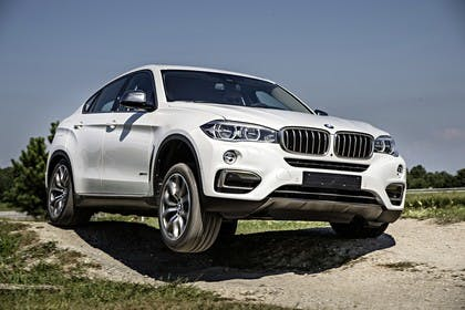 BMW X6 F16 Aussenansicht Front schräg statisch weiss